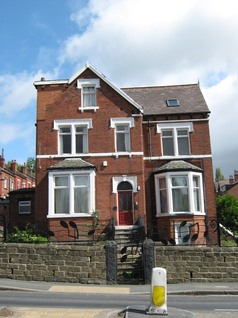 One large double en-suite room to rent in professional shared house with bills included in the rent!